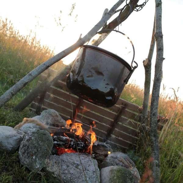 ketel boven vuur bij yurt bed en breakfast vakantiehuisje molenbergh in zuidwest drenthe