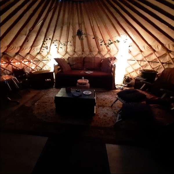yurt in de avond bed en breakfast vakantiehuisje molenbergh in zuidwest drenthe