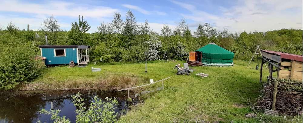 overzicht yurt en saunaterrein bij bed en breakfast vakantiehuisje molenbergh in zuidwest drenthe